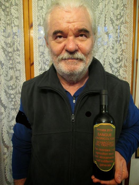 Bottiglie sangue d'agricoltore e foto con lutto al braccio