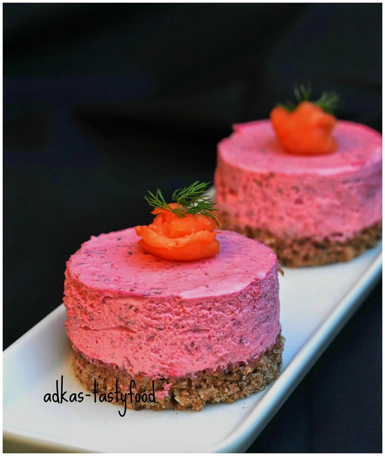 Cviklový cheesecake s kozím syrom a údenym lososom