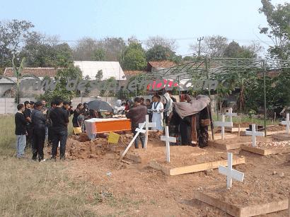 Upacara penguburan di TPU Padurenan Bekasi