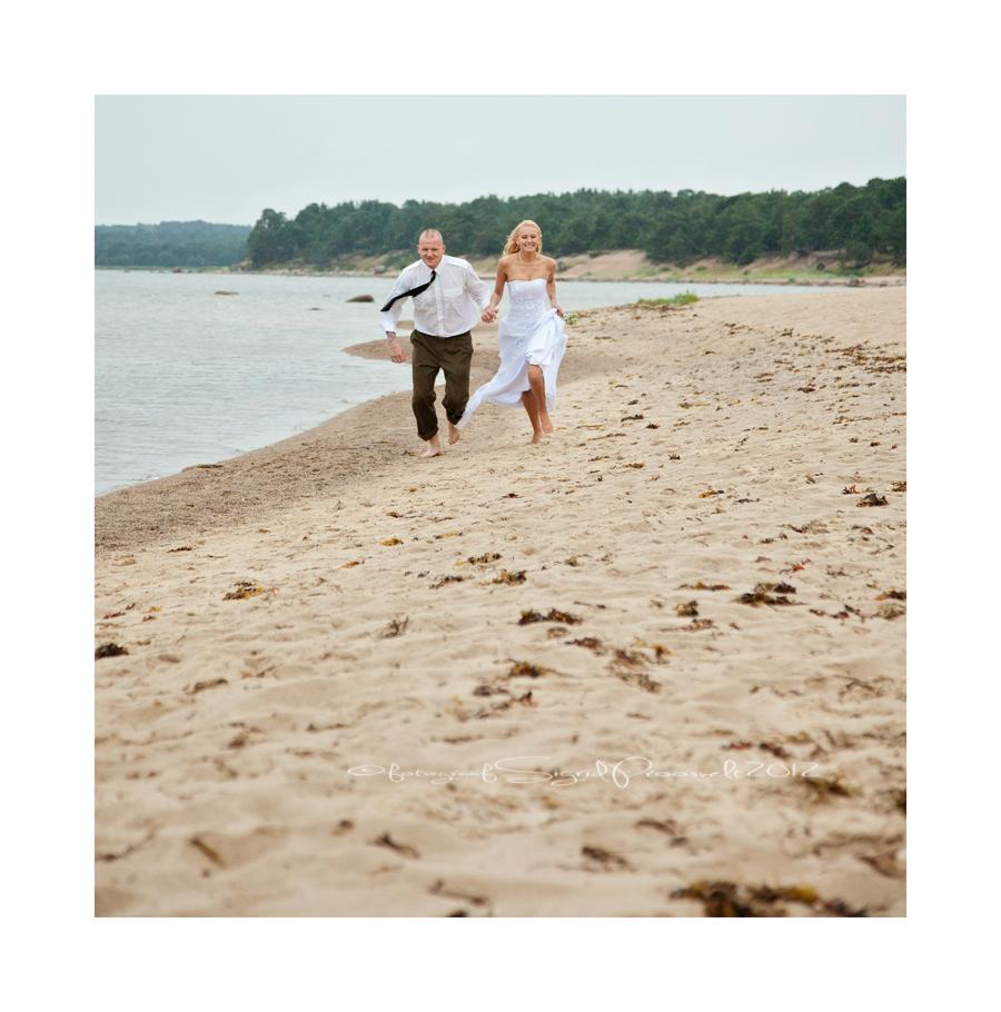 pruutpaar-jookseb-rannas