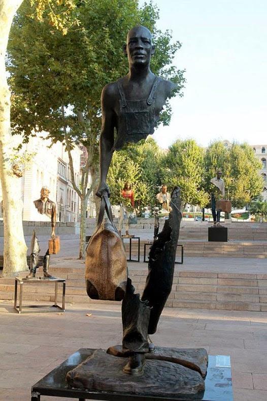 Esculturas surrealistas están en busca de sus piezas que faltan