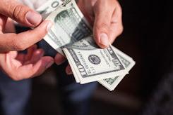 El dólar baja a 20.20 pesos en bancos