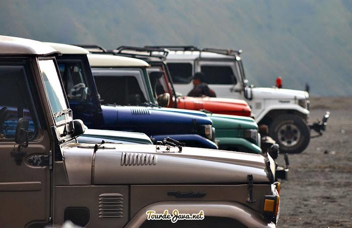 Jeep Bromo berderet di area parkir