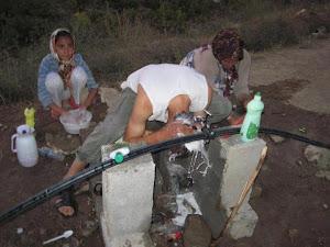 مردم زلزله زده حمام ندارند ... ظرفشور خانه ندارند ... رختشور خانه ندارند ...