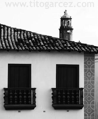 Detalhe da fachada frontal do prédio da antiga Ouvidoria e da torre da igreja Nossa Senhora do Amparo, em São Cristóvão - Sergipe - Por Tito Garcez