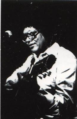 Pablo Milanés tocando guitarra (1975)