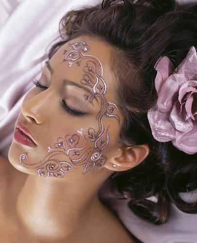 Gemalte face tattoos sind gerade für ausgefallenere fotoshootings