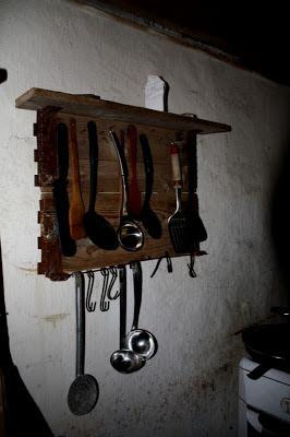 Colgador r stico para tus utensilios for Colgador utensilios cocina