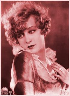 chica vintage con collar de perlas en rojo