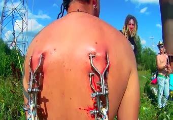 Grupo de loucos salta de penhasco com cabos presos na própria pele