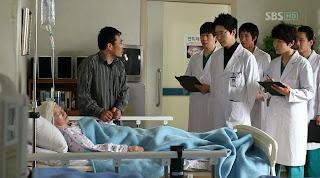 Di klinik Dr. Chae. Para dokter dan perawat asyik membaca blog yang