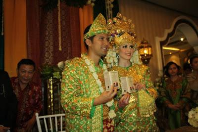 gambar Foto Pernikahan Arumi Bachsin dan Emil Dardak