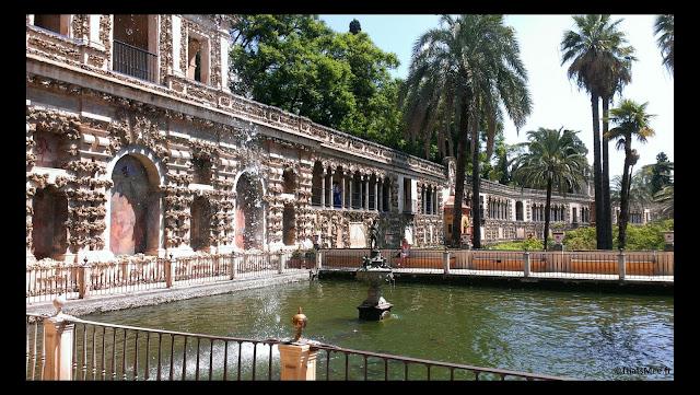 jardins du Real Alcazar palais royal Seville Espagne fontaine carpes