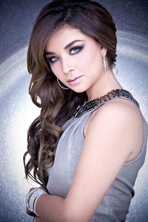 Style Daniela Lujan Hot Looks