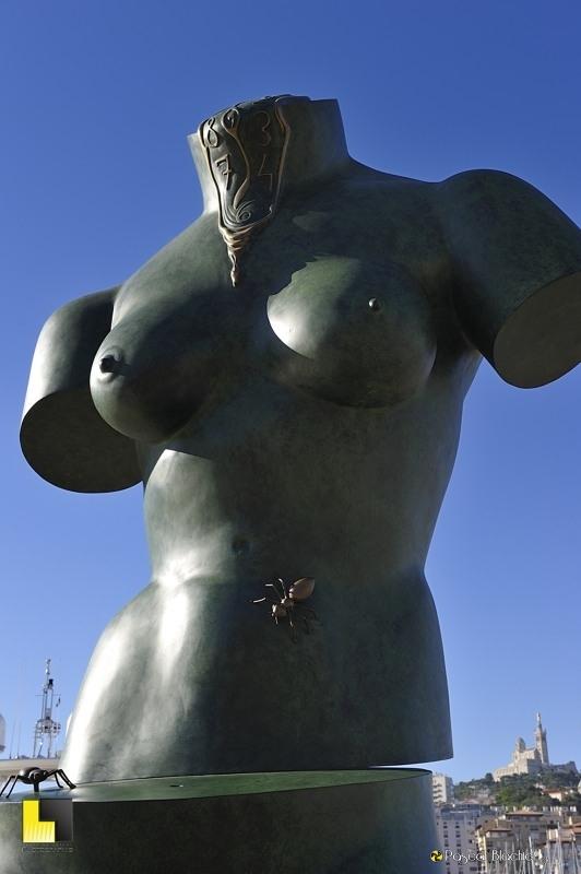 buste de femme avec horloge fondue et fournies oeuvre de dali à marseille photo blachier pascal