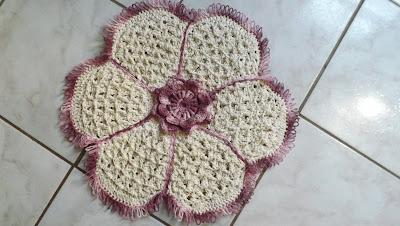Jogo de banheiro em formato de flor em crochê