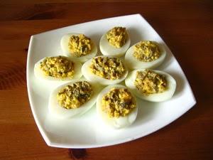 Яйця варять круто, очищають від шкаралупи,