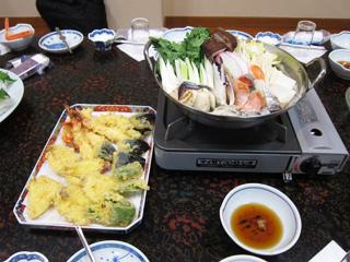 旬の食材がたっぷり入った鍋と天ぷら