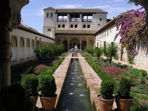 Paseos guiados por la alhambra y el generalife de granada for Calle jardin de la reina granada