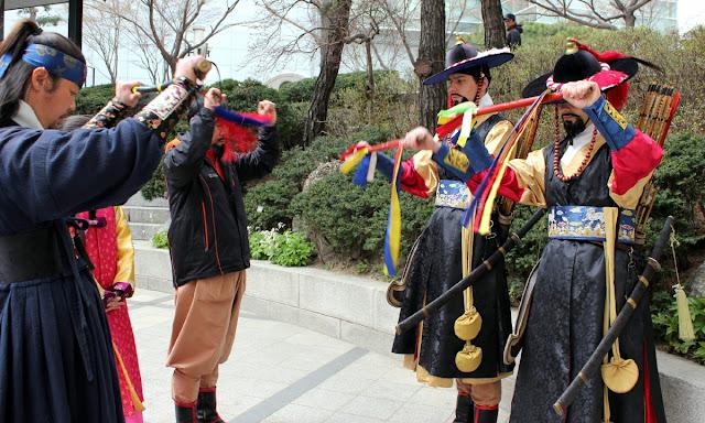 Ensayando saludos de antiguos guardias coreanos