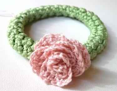 elastico per capelli con fiore all'uncinetto