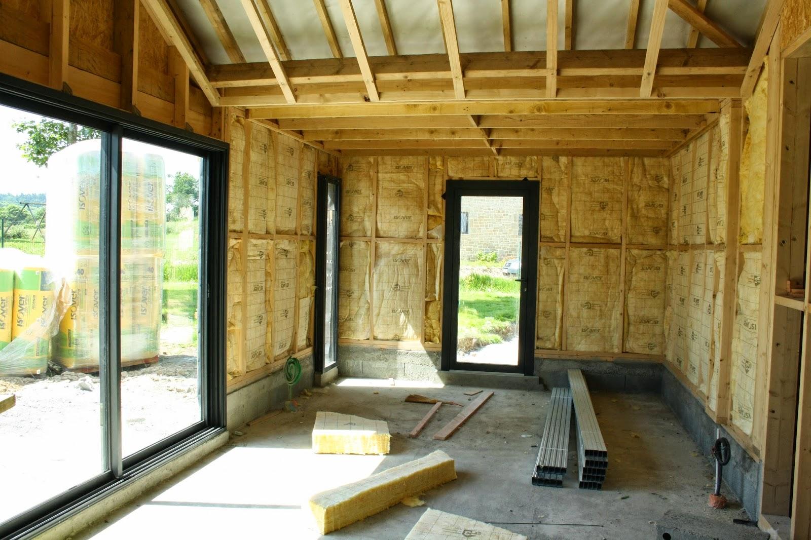 des ch nes une maison et des livres des petits trous encore des petits trous. Black Bedroom Furniture Sets. Home Design Ideas