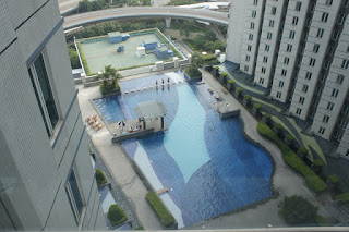 La piscina, vista da casa mia, nel suo penultimo giorno di gloria