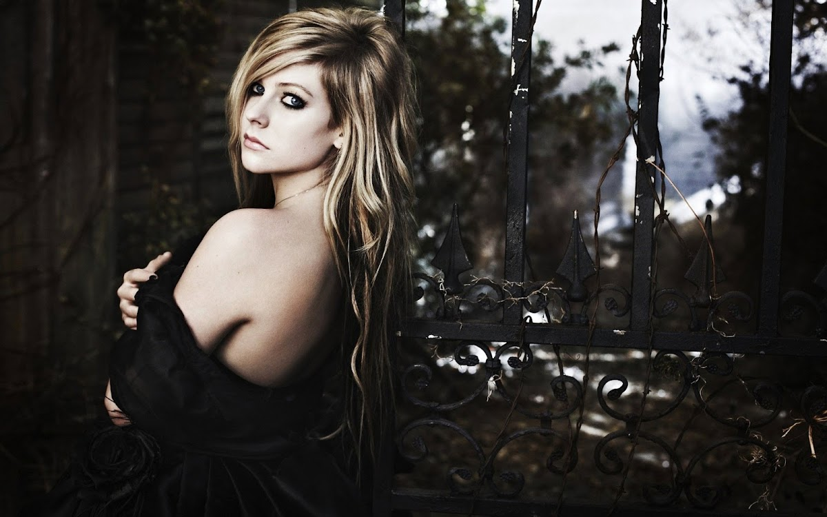 Avril Lavigne Widescreen HD Wallpaper