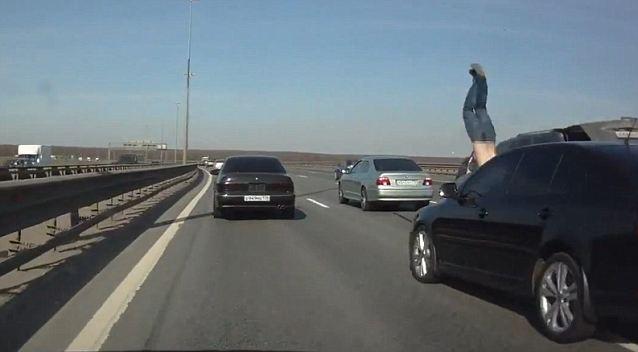 Melambung!! lelaki dirempuh kereta...