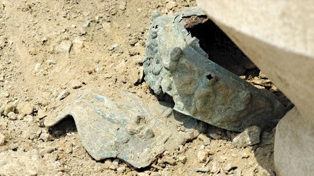 Αυτή η φωτογραφία δείχνει την κατάσταση του αρχαίου Θρακικού κράνος πολέμου βρέθηκε στο Brestovitsa της Βουλγαρίας κατά τη στιγμή της ανακάλυψής της, πριν από δύο χρόνια από την αποκατάσταση ενός εμπειρογνώμονα από το Εθνικό Μουσείο της Βουλγαρίας Ιστορίας. Φωτογραφία: Ράδιο Φιλιππούπολη