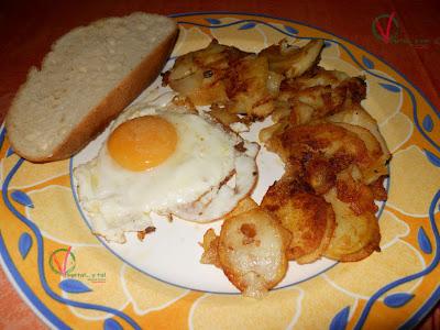 Patatas al ajo cabañil con huevo a la plancha.
