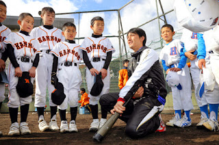野球教室で子供たちを熱心に指導する小林