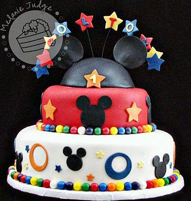 es muy alegre y colorida, en el medio Mickey Mouse y sus amigos