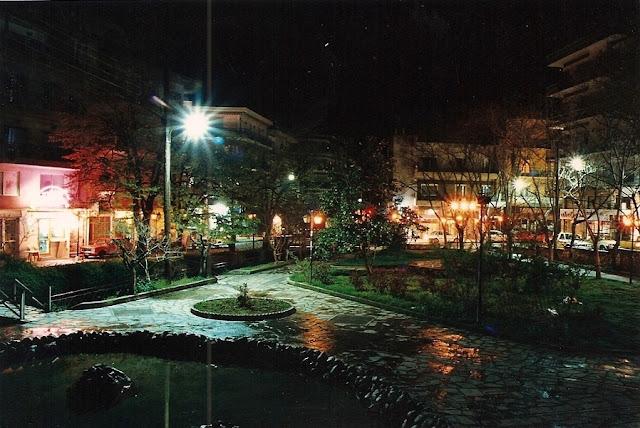 Το πάρκο των μικρών καταρρακτών το βράδυ