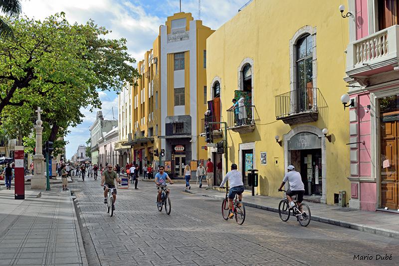 Cyclistes sur la calle 60 par un beau dimanche matin à Mérida