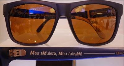 óculos de sol com frase meu amuleto meu talismã Manto Sagrado Chilli Beans coleção Copado Mundo Futebol