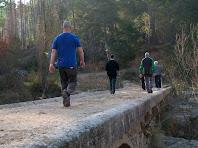 Travessant el Pont de Les Canals
