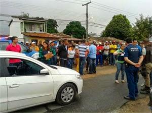 Homem foi morto dentro de carro (Foto: Reprodução/Acorda Cidade)