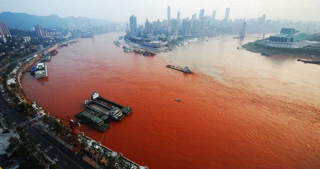 Un Rio en China se Vuelve Rojo Sangre