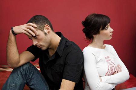 تصرفات تقوم النساء تغضب الرجال - زوجان غاضبان يتشاجران - sad couple angry man and woman