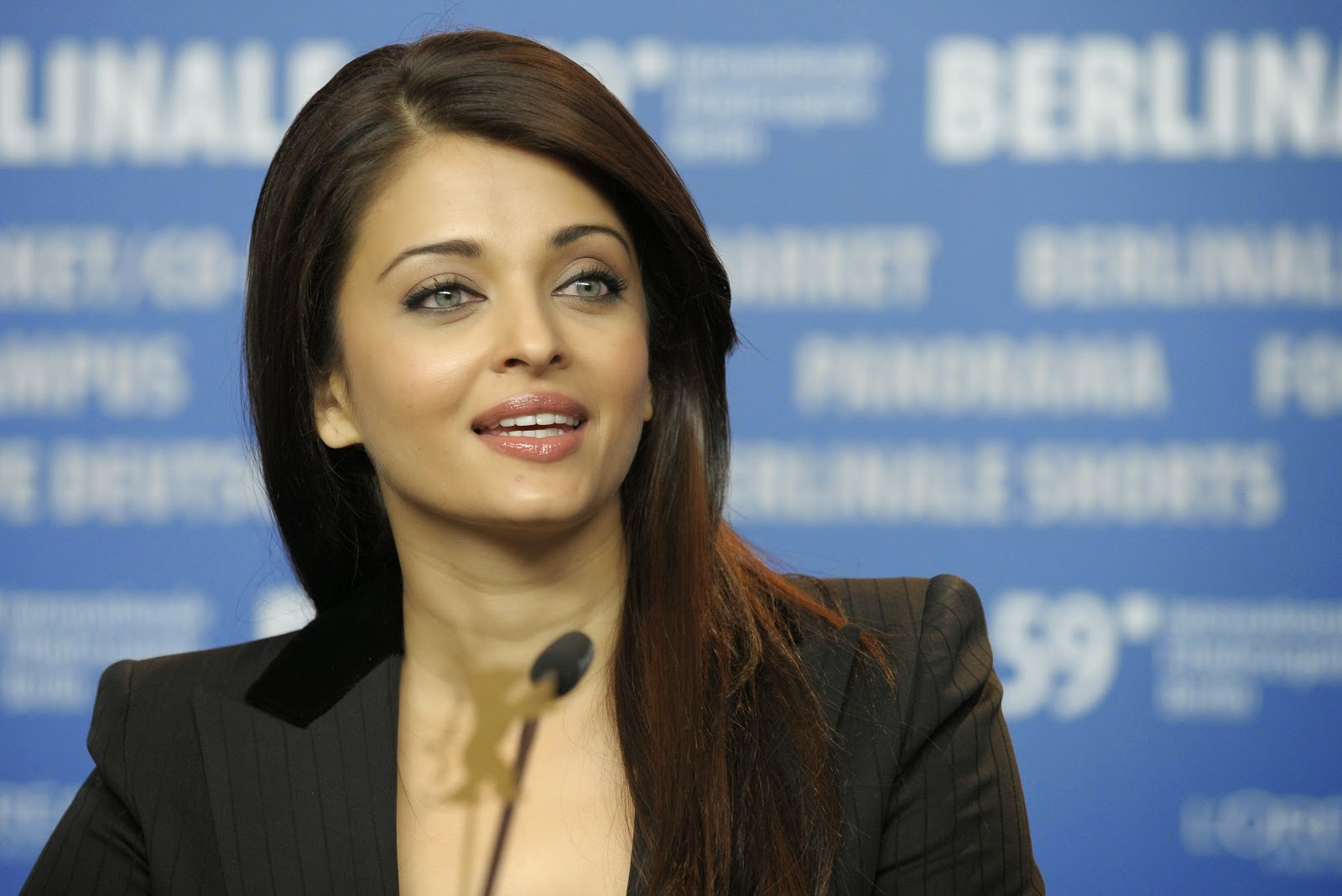 Aishwarya Rai Bachchan in Black Dress HD Photos- 59th Berlin Film Festival - 'Pink Panther 2' Photocall
