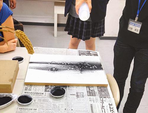 横浜美術学院の中学生教室 美術クラブ シミから描くデッサンデモンストレーション開始