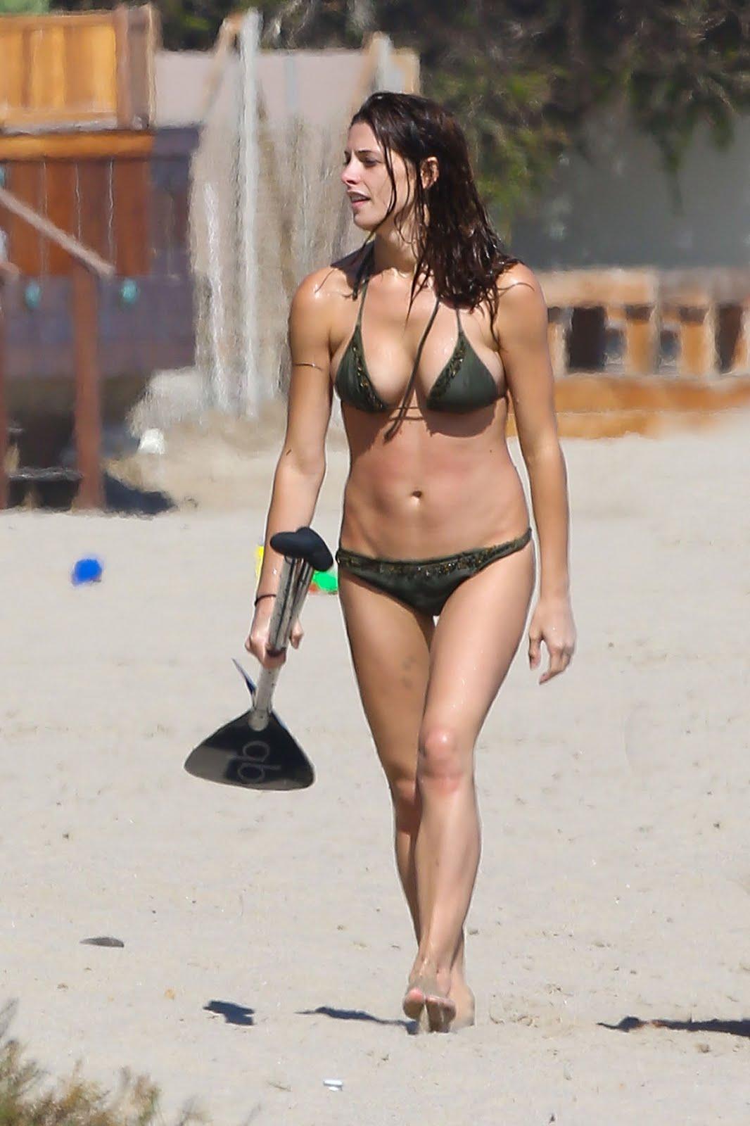 http://1.bp.blogspot.com/-GUv8rQBnUxo/UCpxT0CxUAI/AAAAAAAAD-4/c87DHMvzotM/s1600/ashley-greene-sexy-bikini-malibu-07.jpg