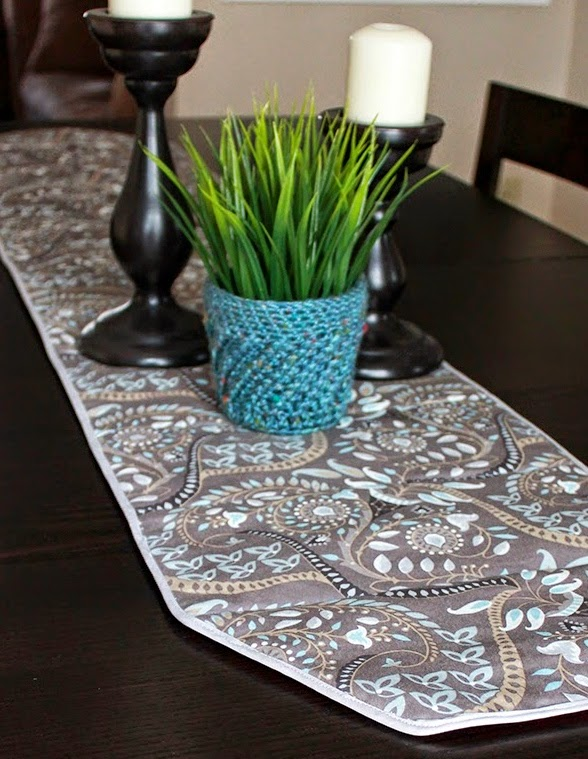 http://theinspiredwren.blogspot.com/2014/11/table-runner-trivet-tutorial.html