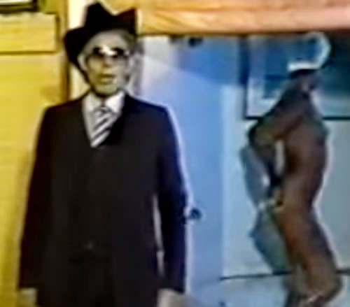 Com mulheres nuas e uma certa ousadia, o cantor Waldick Soriano apresentou o xarope Anemokol.