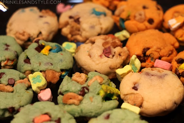 {St. Patrick's Day} Lucky Charms Chocolate Chip Cookies || Sprinkles and Style