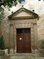 Detall de la porta d'entrada amb grans dovelles i un frontó triangular