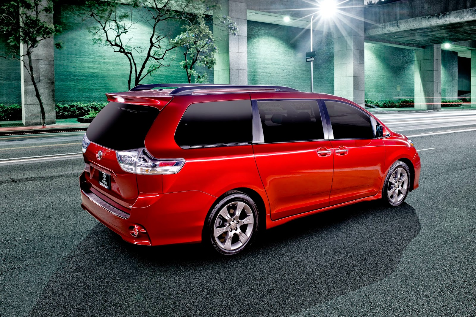 Rear 3/4 view of 2015 Toyota Sienna SE