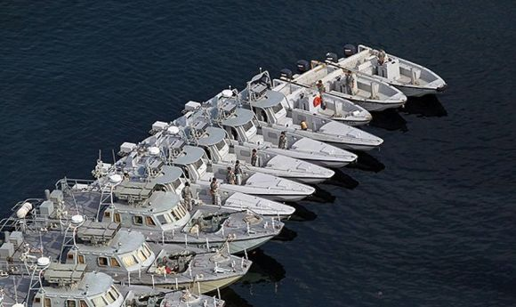 kapal cepat Iran dengan rudal dan senapan mesin
