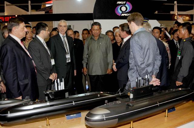 Presiden SBY melihat model Kilo Class